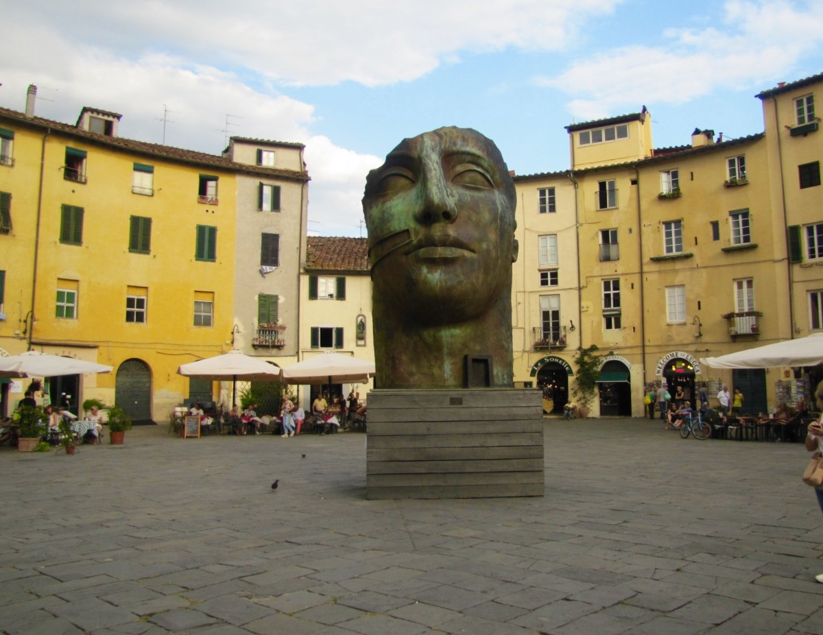 Odd statue in the Anfiteatro