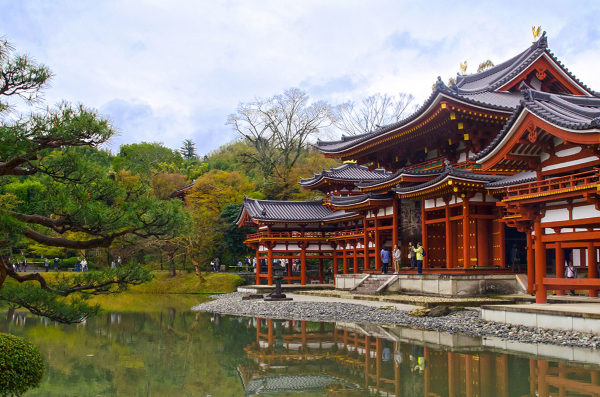 Byōdō-in in Uji, a UNESCO site, is not directly associated with Yoshitsune. But historical events here led to the showdown between the Minamoto and Taira clans.