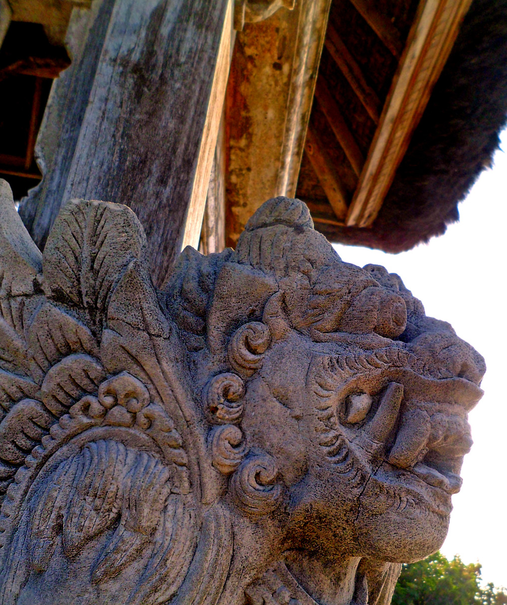 A sculpture of the half-lion-half-dragon creature guarding the temple.