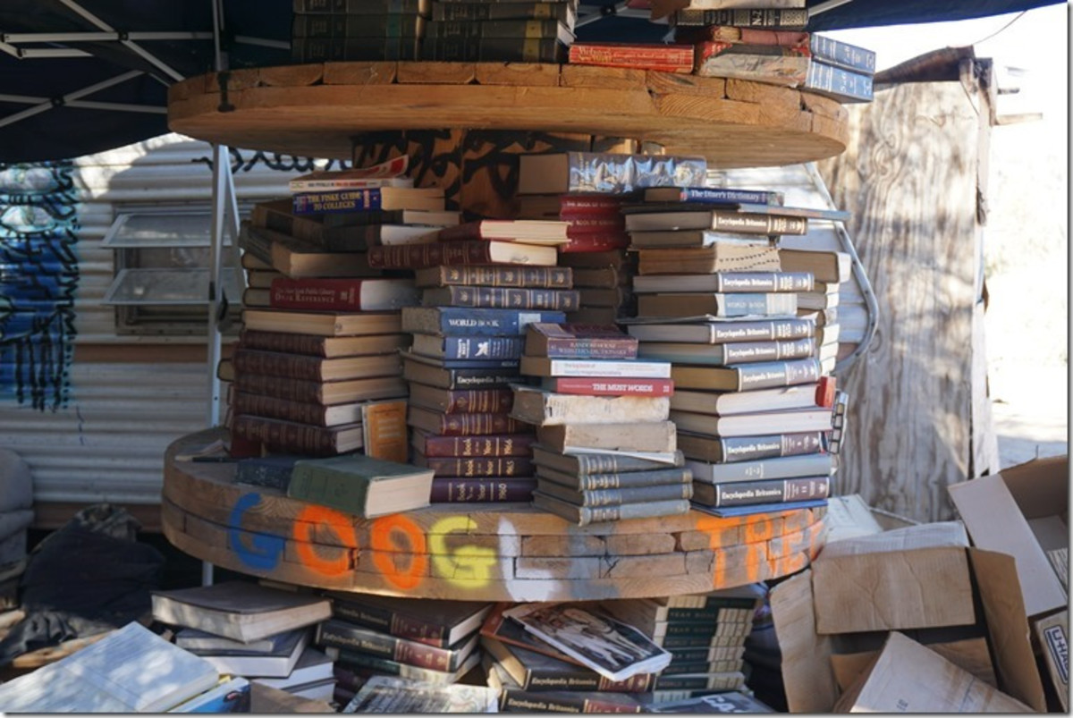 There are many magazines and books at the Slab City Library.
