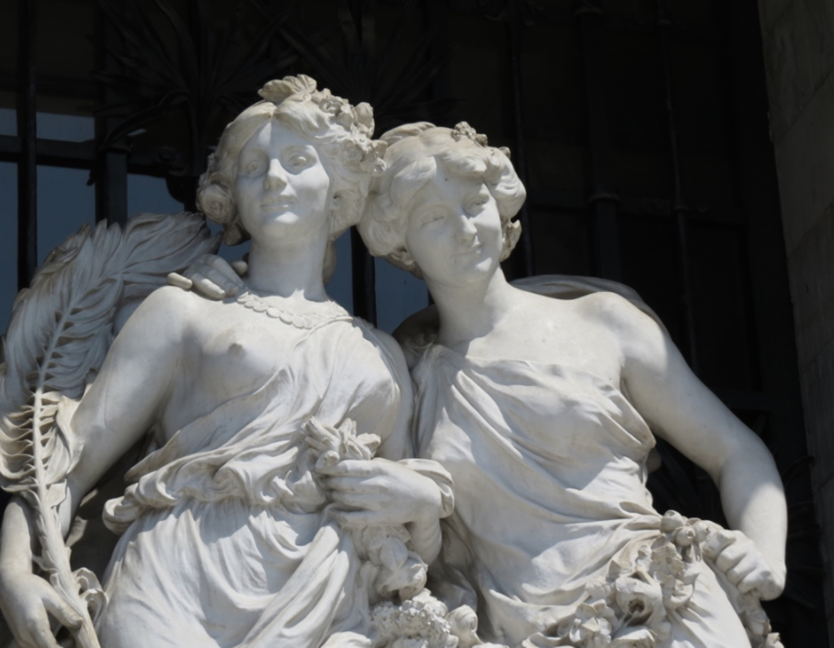 The Palace is decorated with diverse sculptures dedicated to the fine arts.