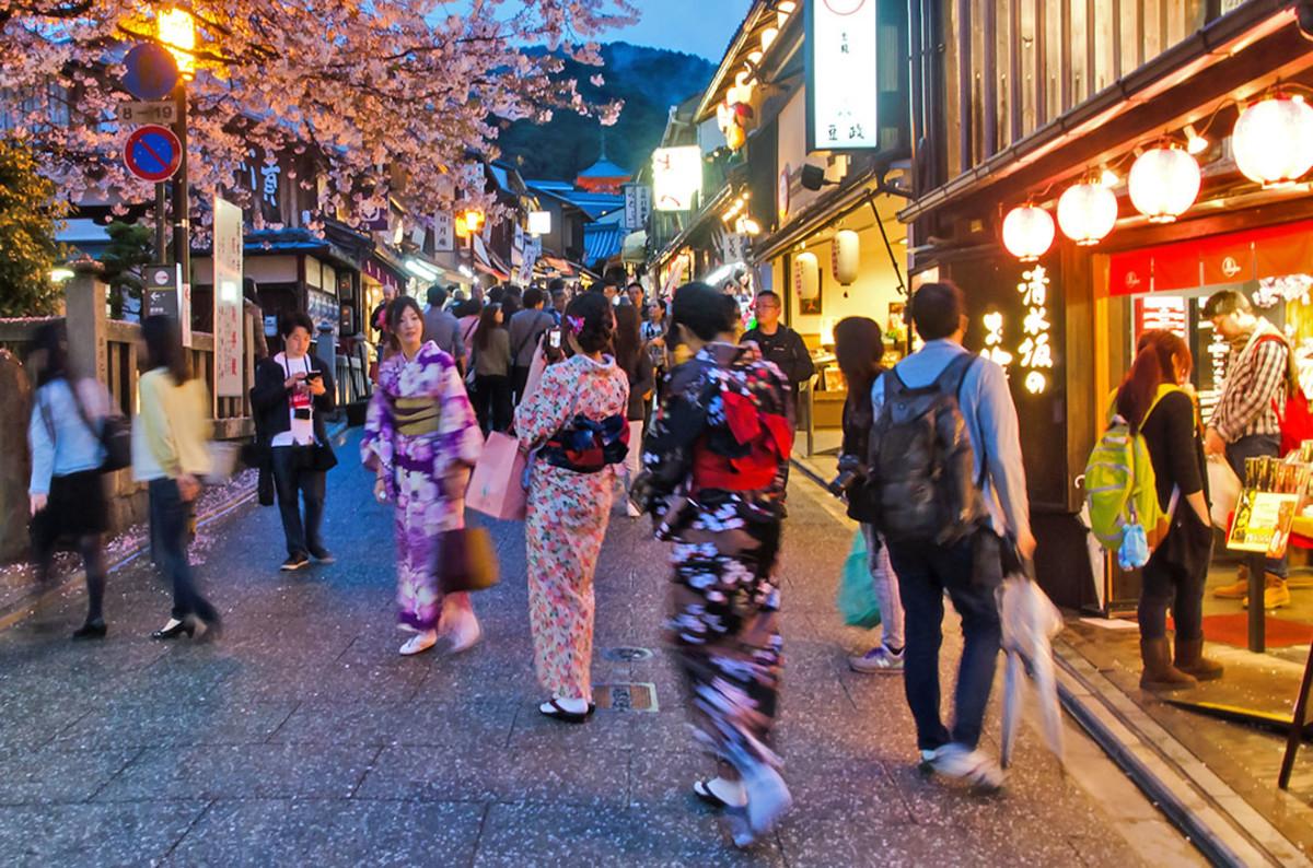 Spring Hanatouro at Kyoto's Higashiyama District
