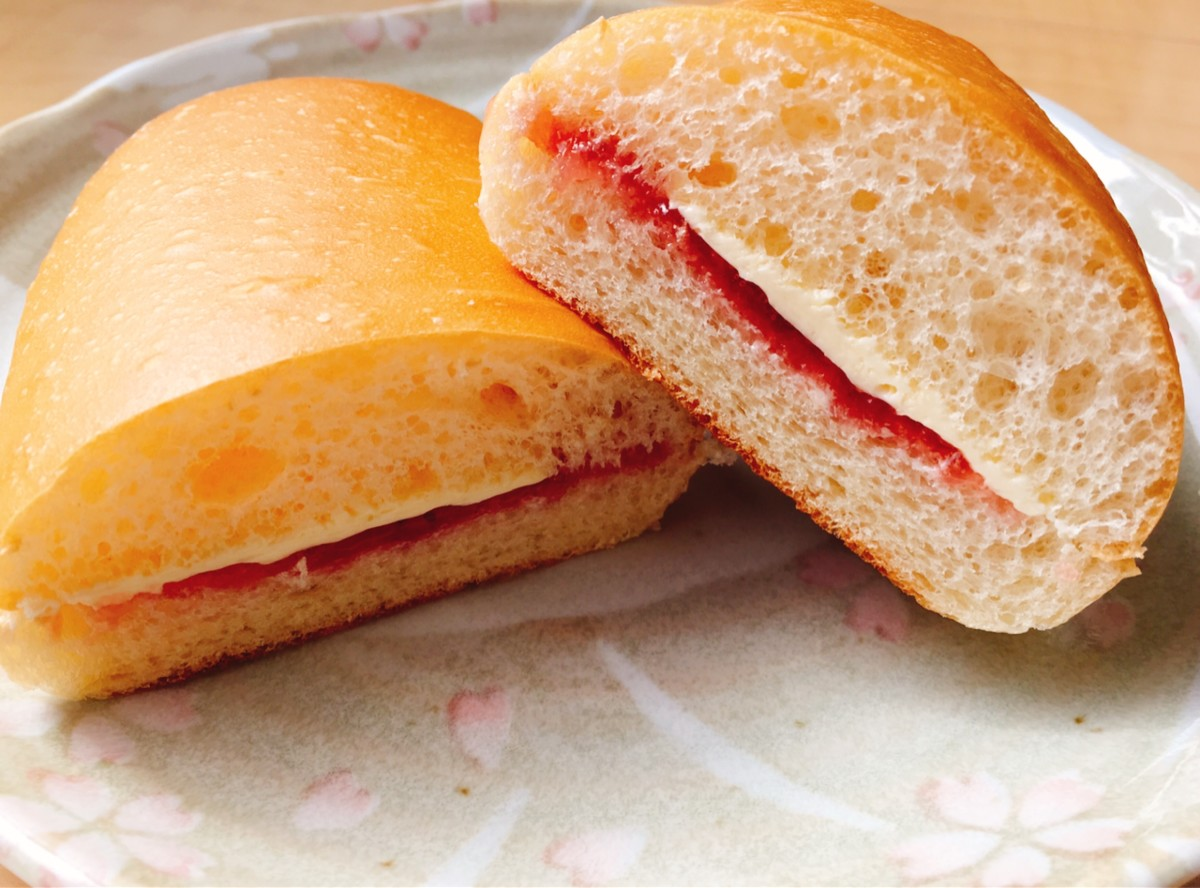 The above koppe-pan sliced in half showing the margarine and strawberry jam filling