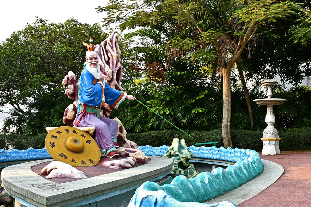 Jiang Ziya at Haw Par Villa. The characters on the sage's hat mean, the willing jump at the bait. This is one of several Chinese idioms associated with Jiang.
