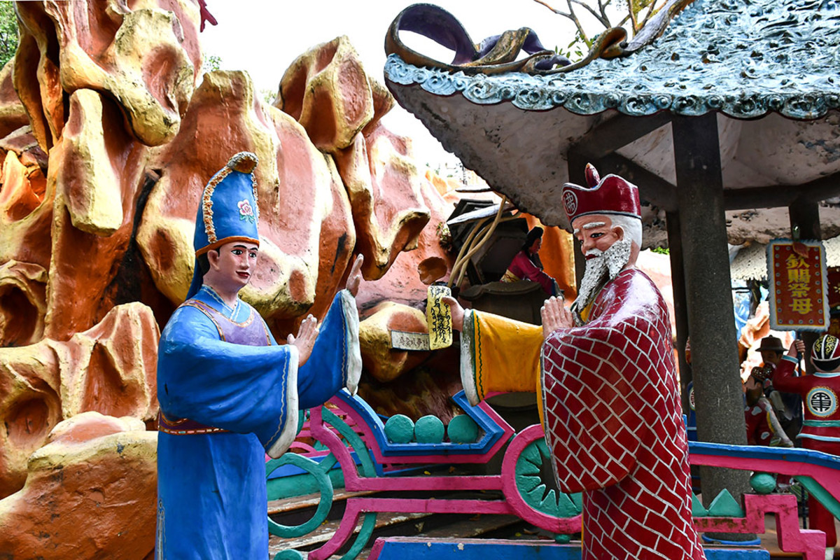 The dioramas depicting the tale of Madam White Snake are near the main entrance. Here, Fa Hai tries to convince Madam White Snake's husband to use a demon suppressing talisman on her.
