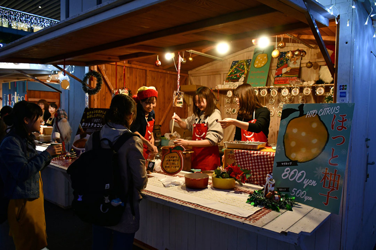 Revelers queuing up to buy hot yuzu drinks.
