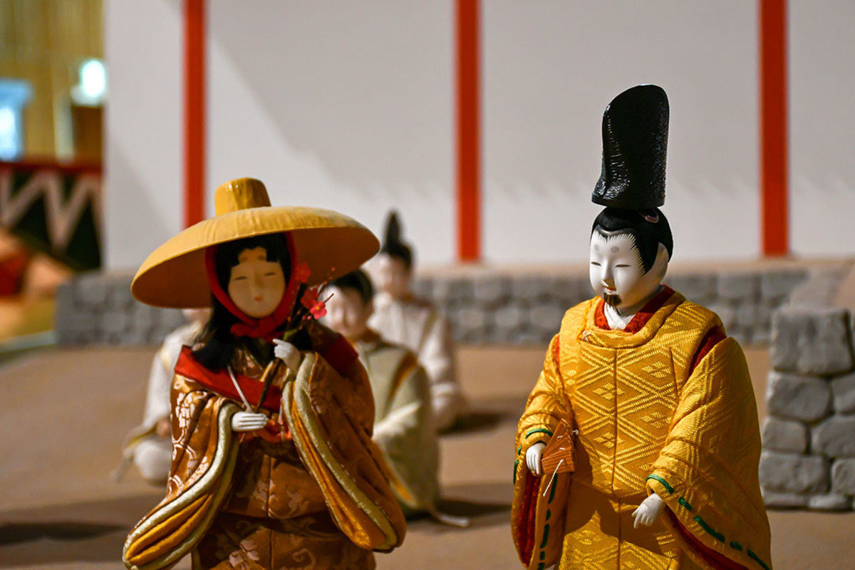 Beautiful Hakata-Style dolls depicting Heian Court life.