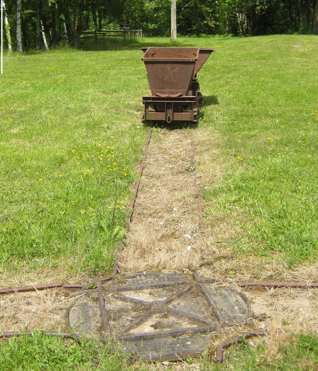 The site retains the traces of the history of the quarry; tiny rail tracks with their iron carts criss-cross the grass.