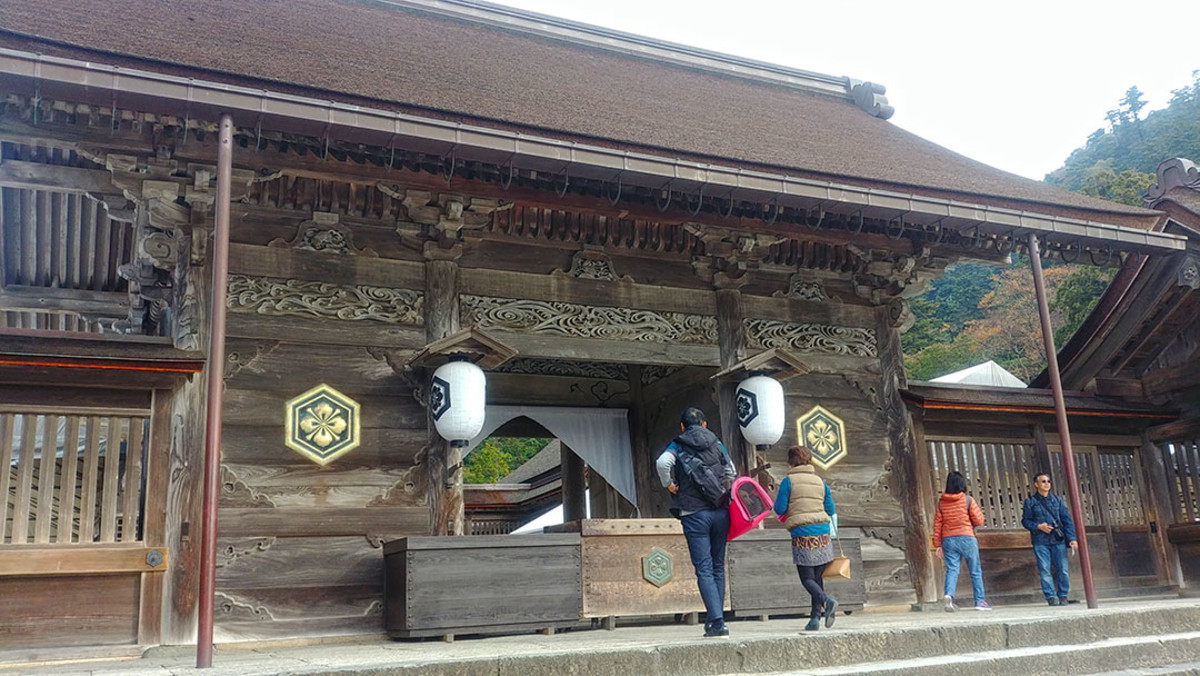 The main shrine of Izumo Taisha. Of note, worshippers clap four times instead of the usual two during prayers, as a symbolic gesture of praying for one's current or future partner.