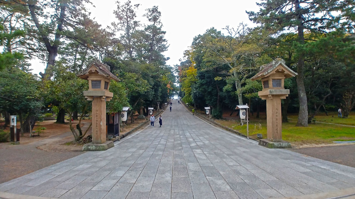 The grand walkway leading from the town into Izumo Shrine.