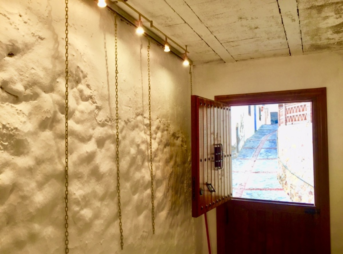 An Art Gallery for small exhibitions in Calle Carmen is waiting for new paintings.