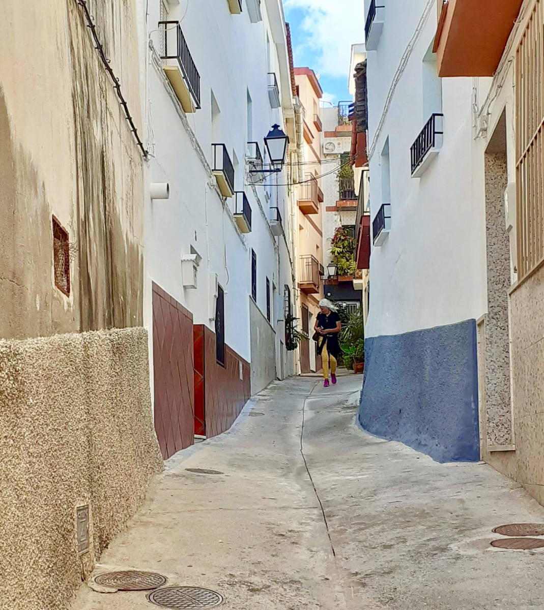 Enjoying a walk along the narrow picturesque streets of Ítrabo.