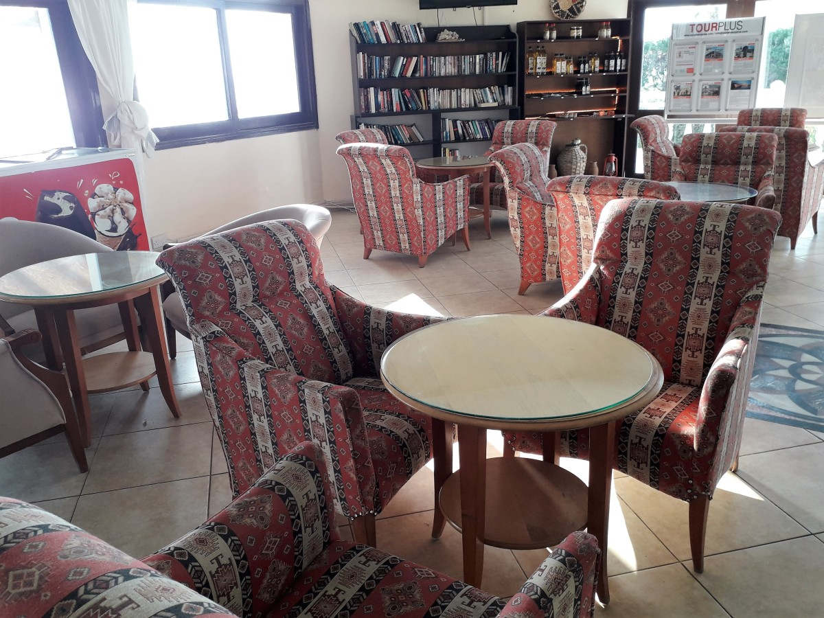 Seating, library and souvenirs.