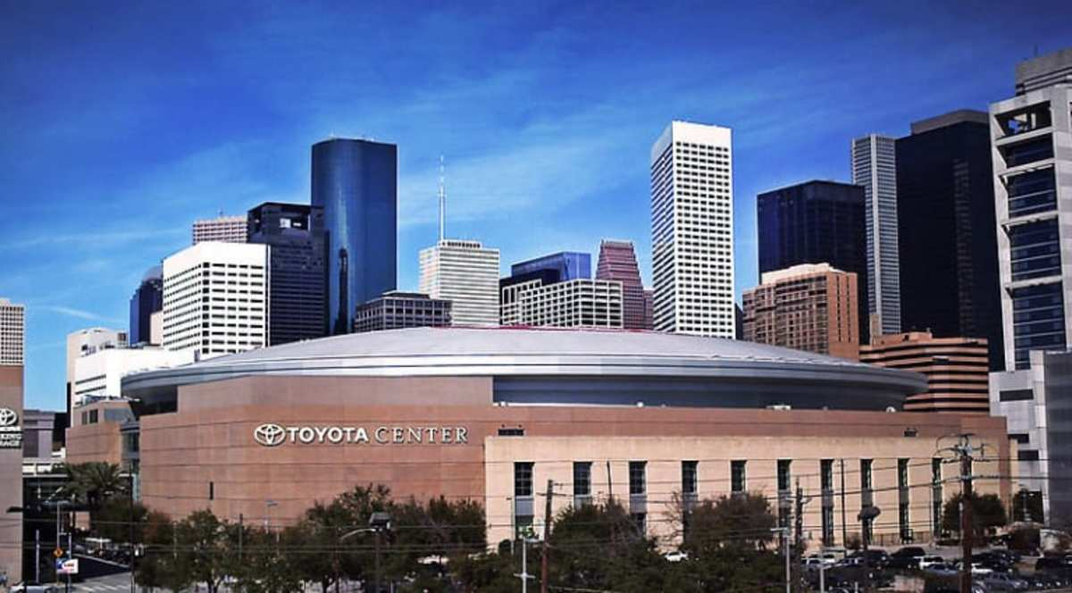 The Toyota Center hosts the Houston Rockets basketball games, ice hockey, and concerts.