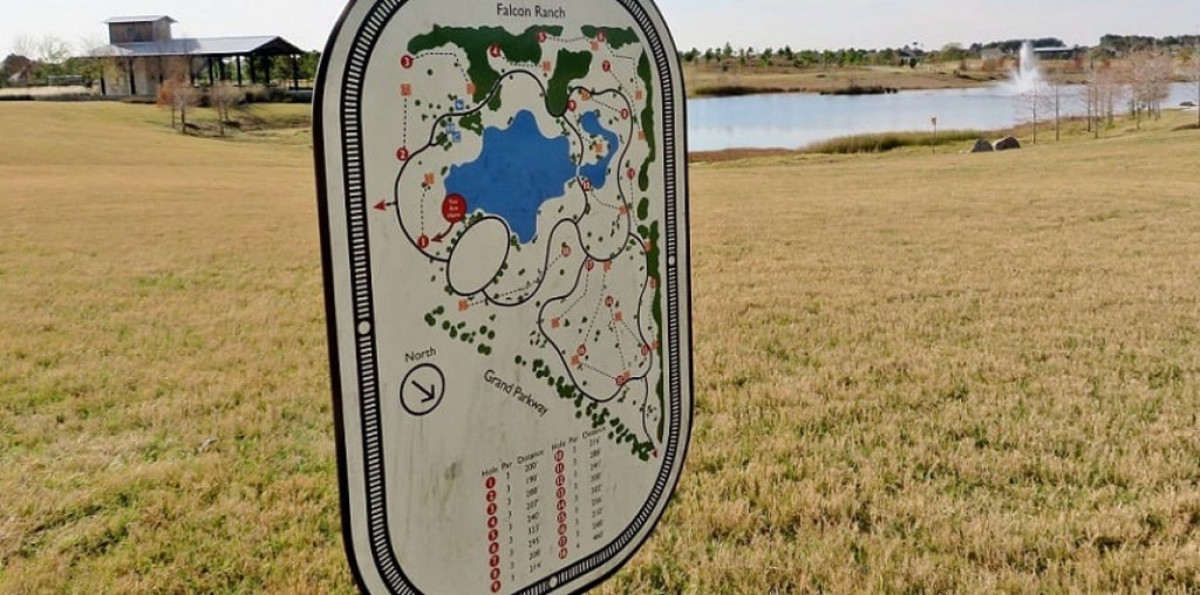 A sign shows the disc golf overall layout in the park