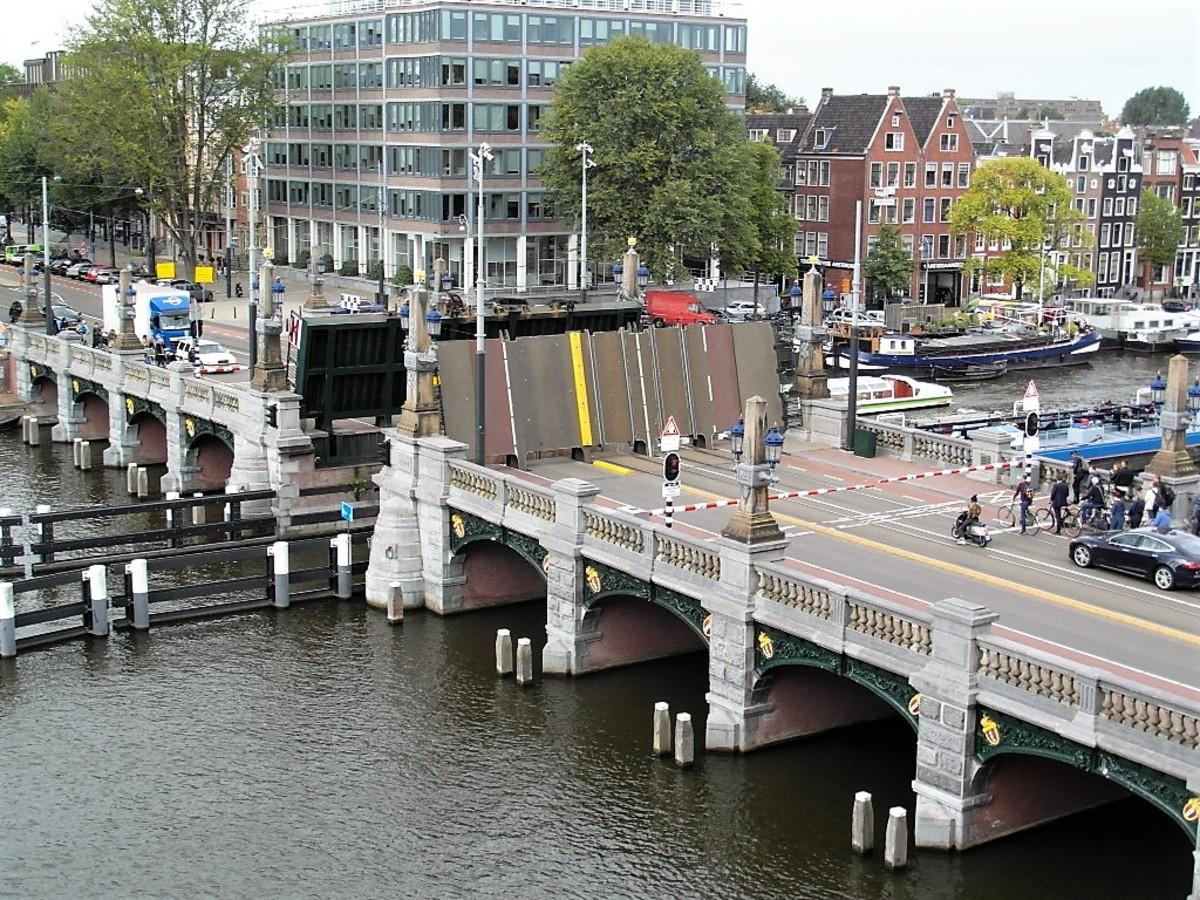 Hogesluisbrug opens up.