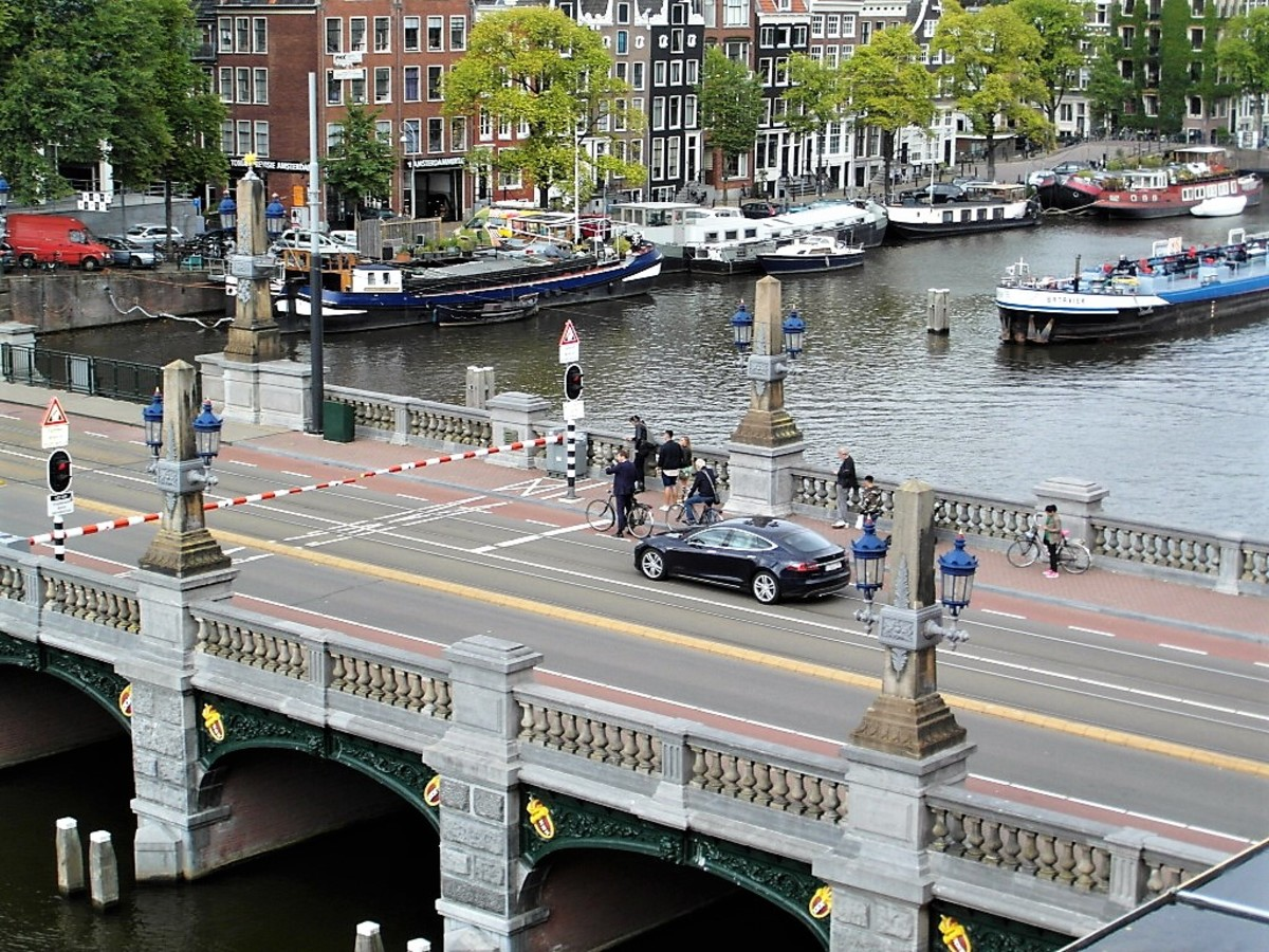 The barriers come down across the Hogesluisbrug.