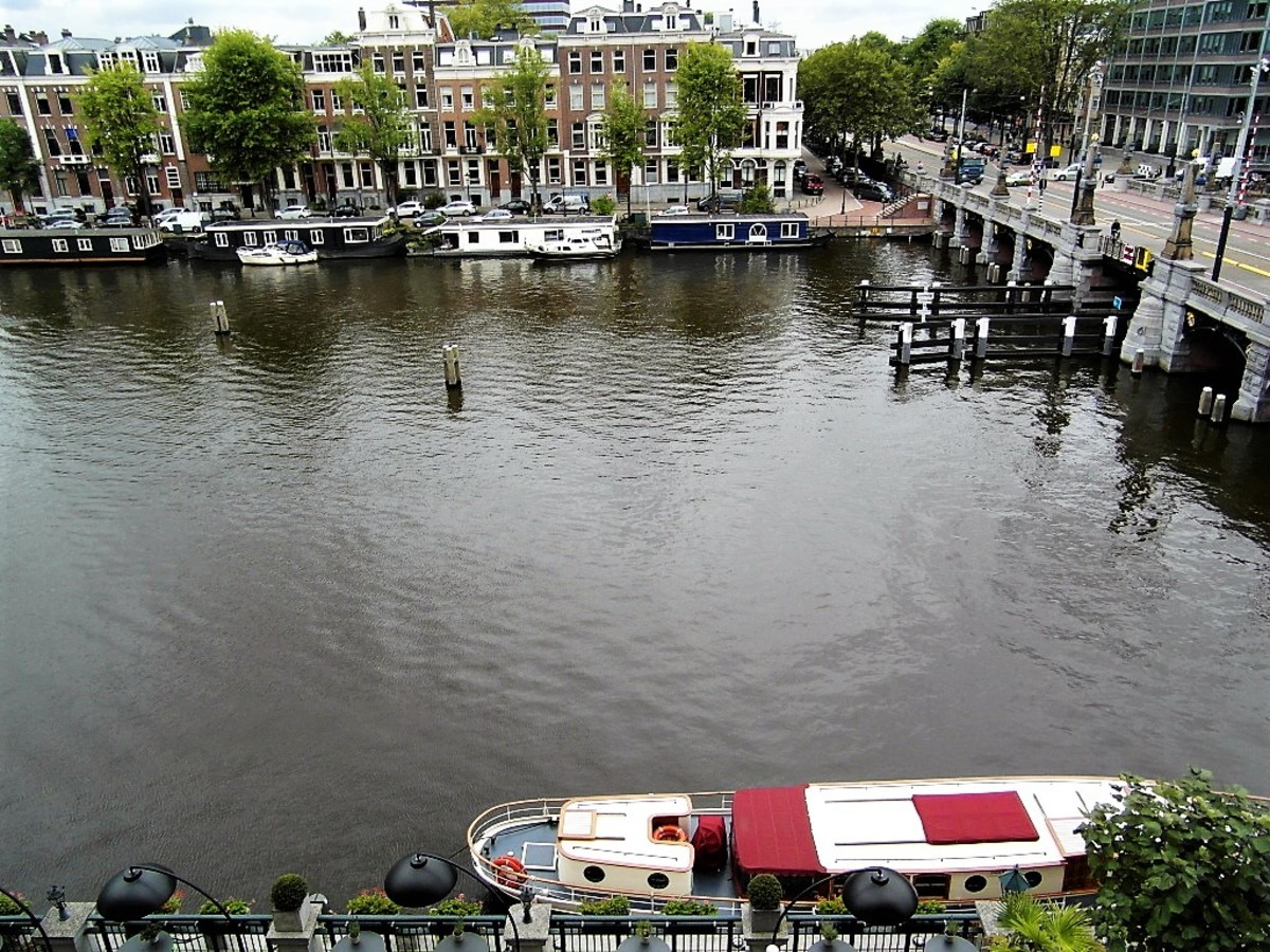 Room view of an Amstel saloon boat.