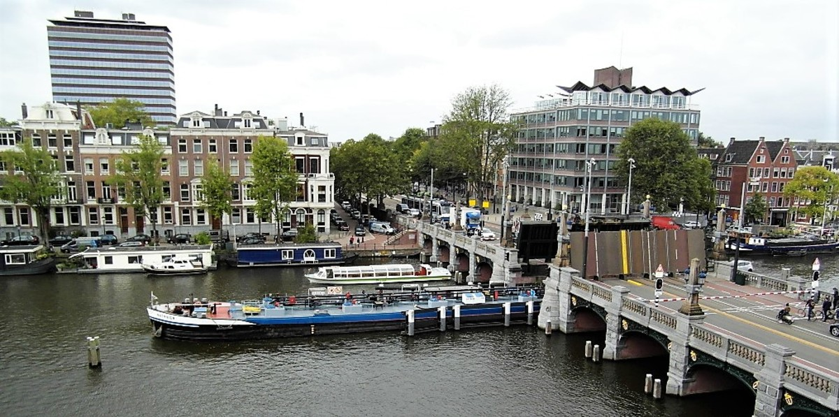 Working boat passing under Hogesluisbrug.