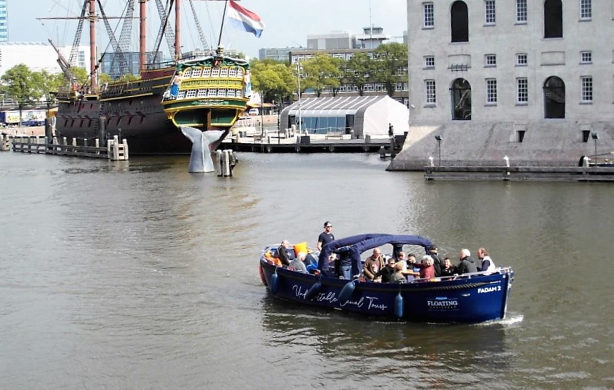 Open boat passing the Scheepvaartmuseum.