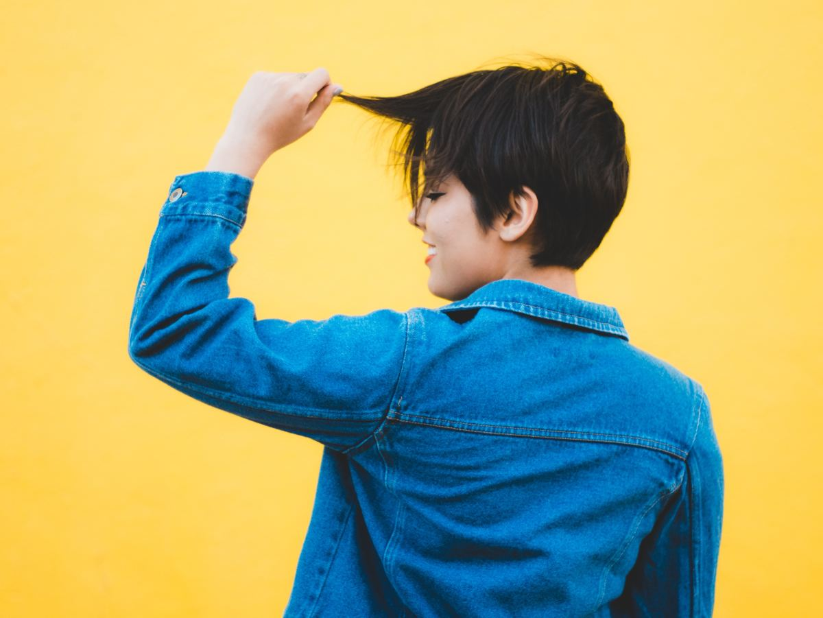 Cutting your hair short in a dream can indicate the lightening of a burden or a radical inner transformation.