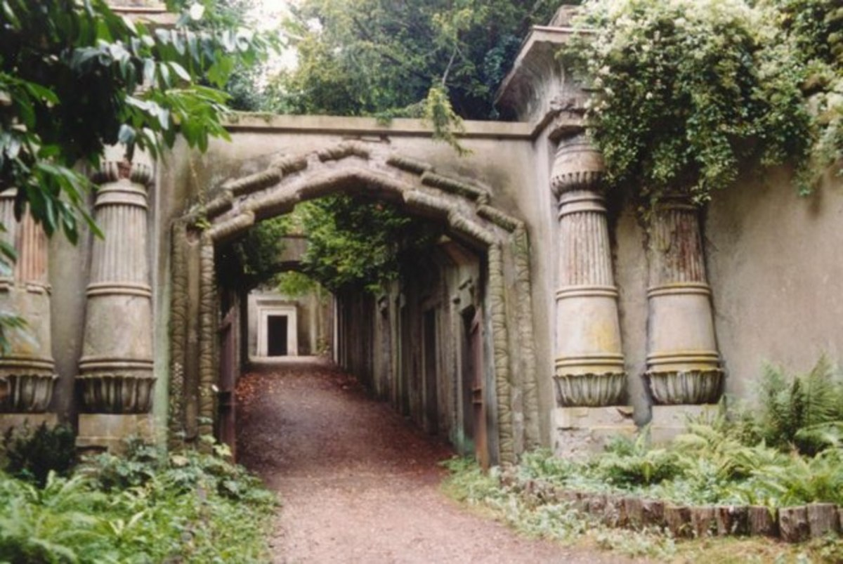 Highgate Cemetery West, Egyptian Avenue
