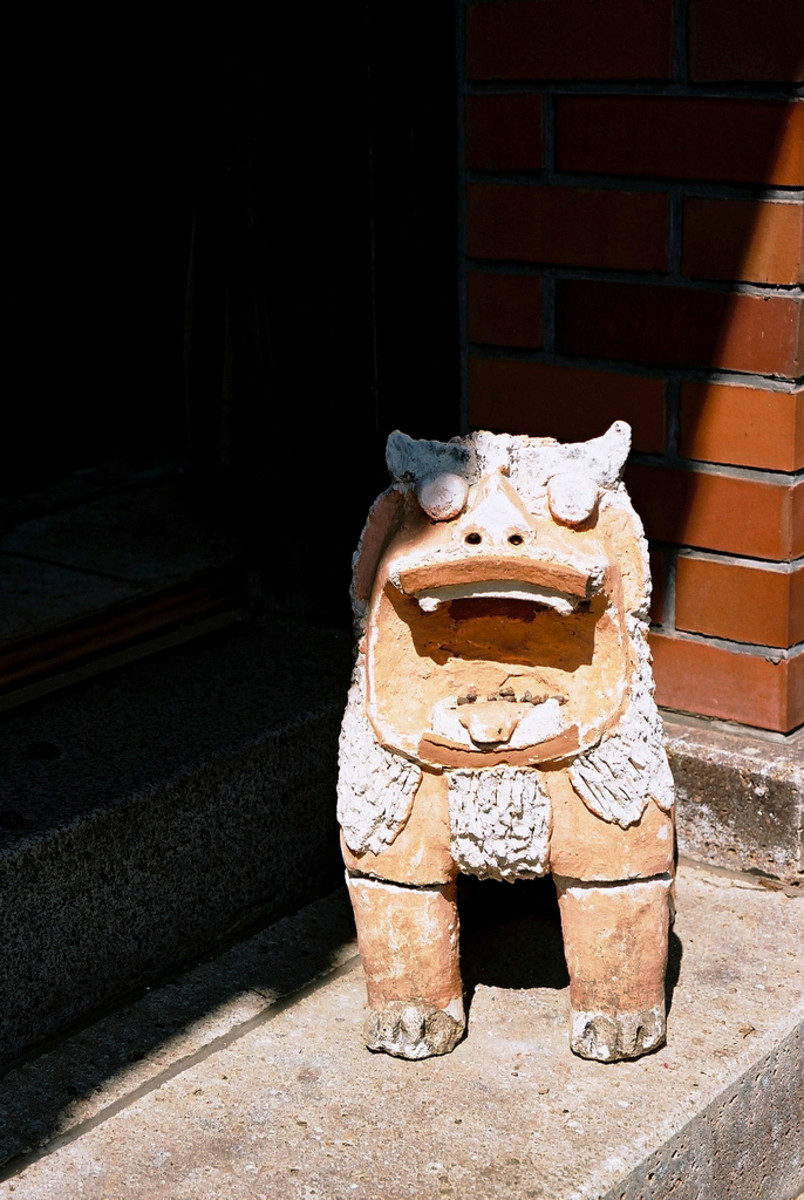 An open-mouthed Shisa who is either a female sharing its owner's good fortune with others, or a male roaring to scare off any passing evil spirits.