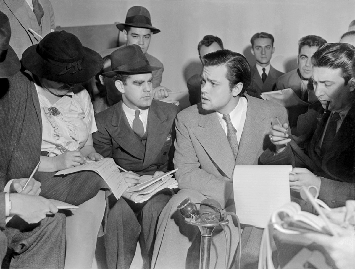 Orson Welles explaining to the reporters that he had no idea the show would cause panic.