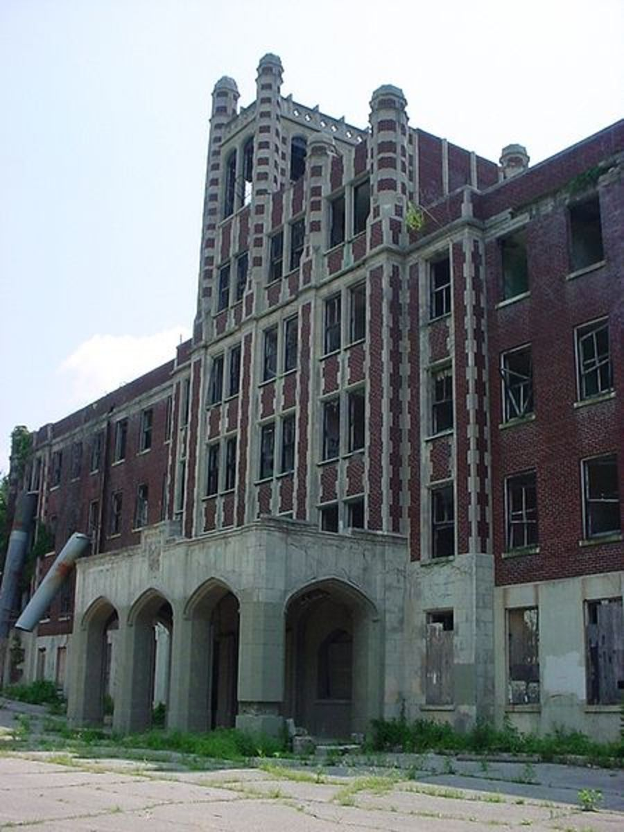 The imposing main entrance to Waverly Hills Sanatorium.