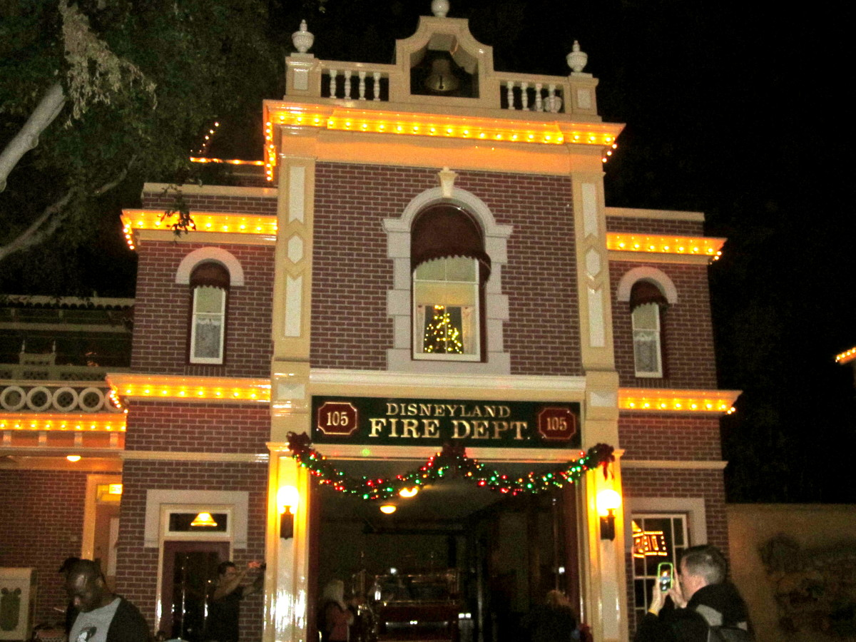 Even the Fire Station is decorated! If you look inside the window of Walt's old apartment you can see a Christmas tree.