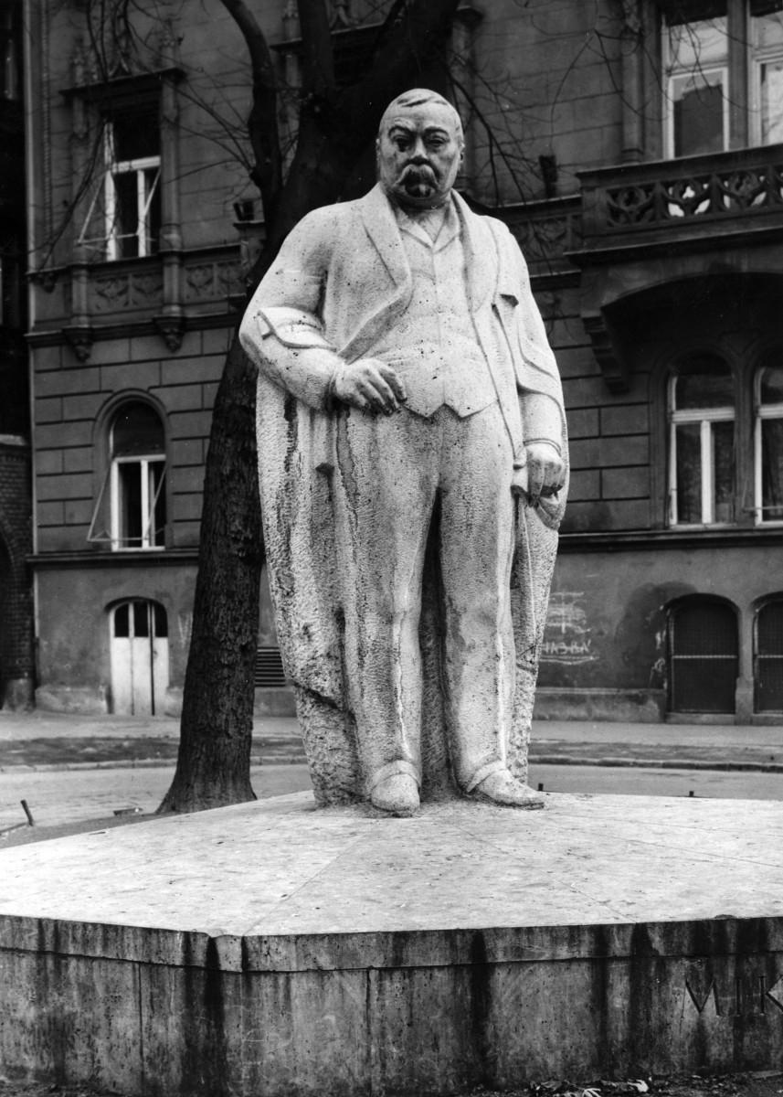 Kálmán Mikszáth Statue
