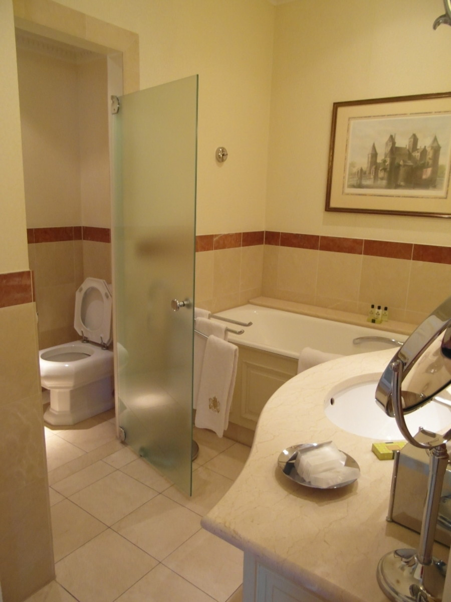 The bath and sink area through to the toilet.