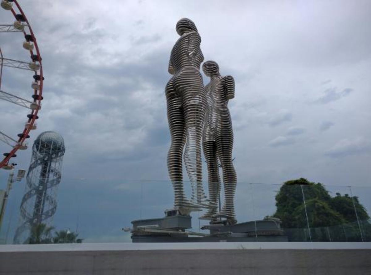 Ali and Nino Statue (Apart)