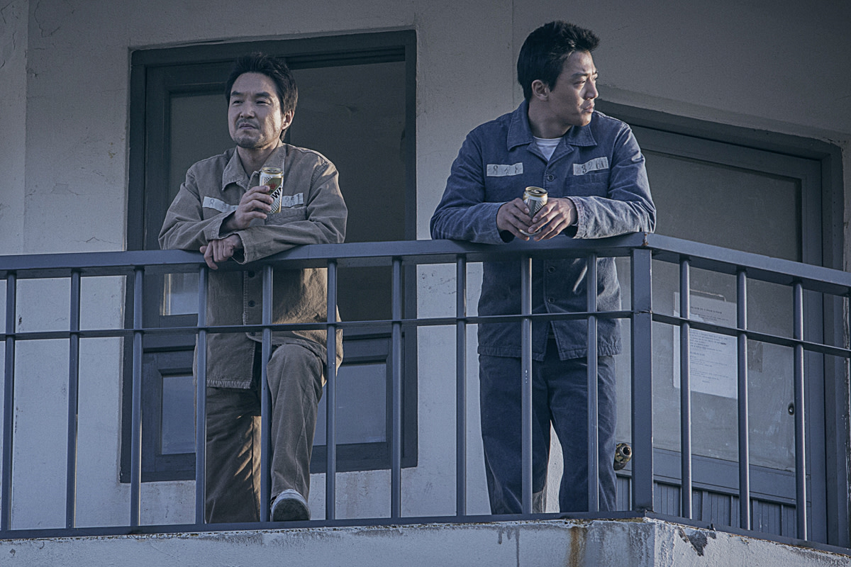 "Han Seok-kyu and Kim Rae-won in ""The Prison."""