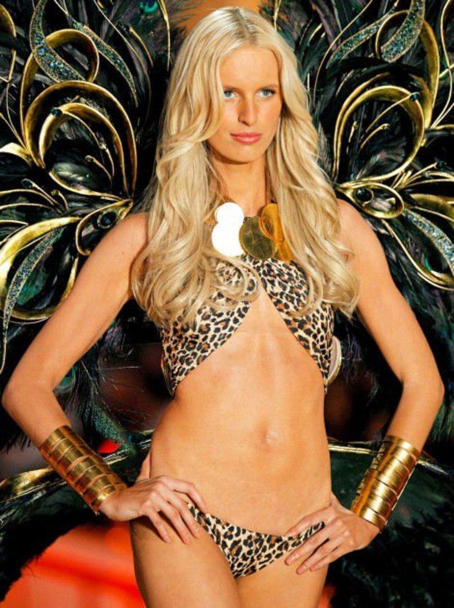 Karolina Kurkova doesn't have a navel.