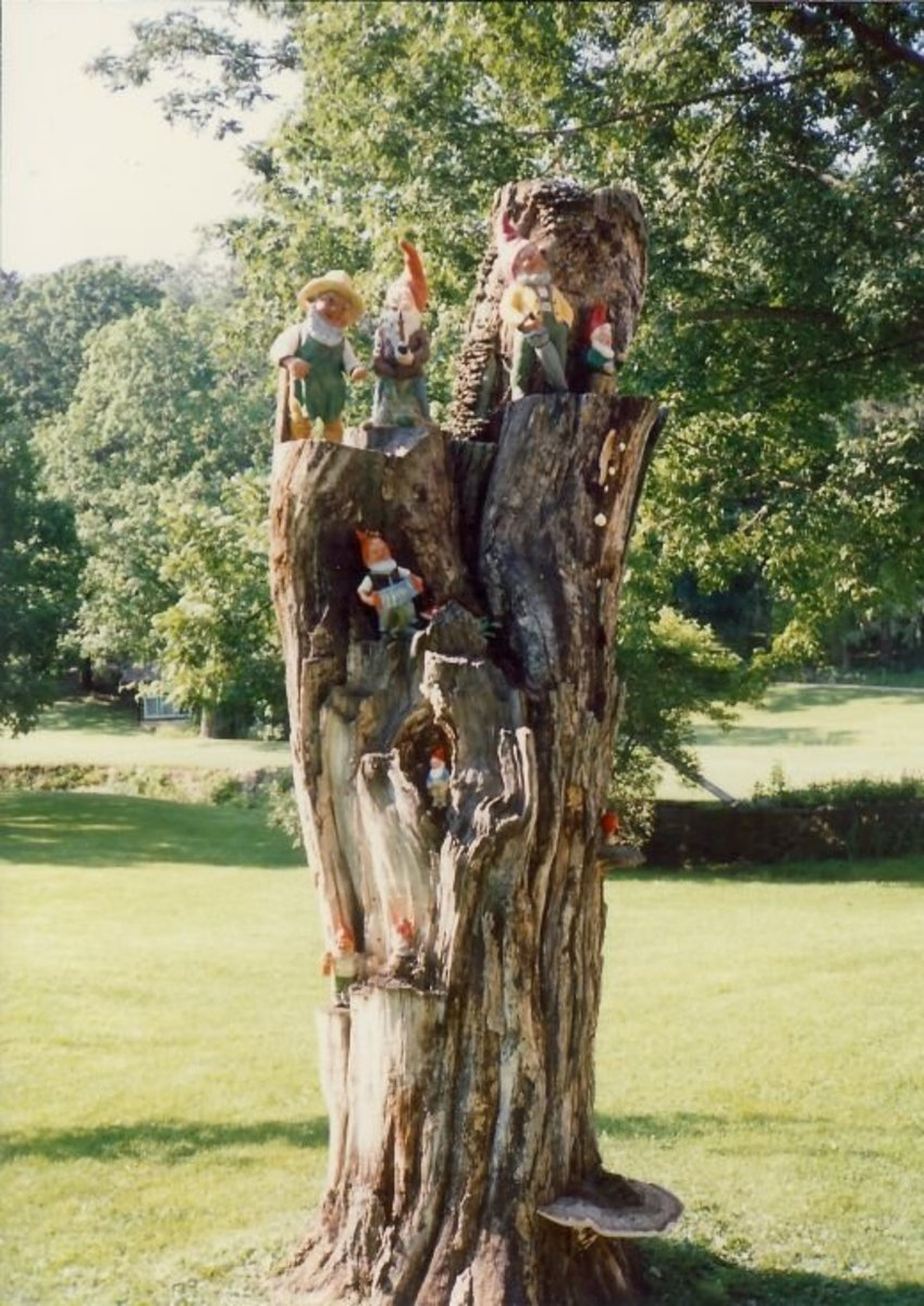 Note many little elves (nisse) on the tree log at Little Norway.