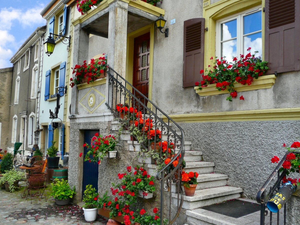 One of the lovely houses in the square, brimming with blooming flowers.