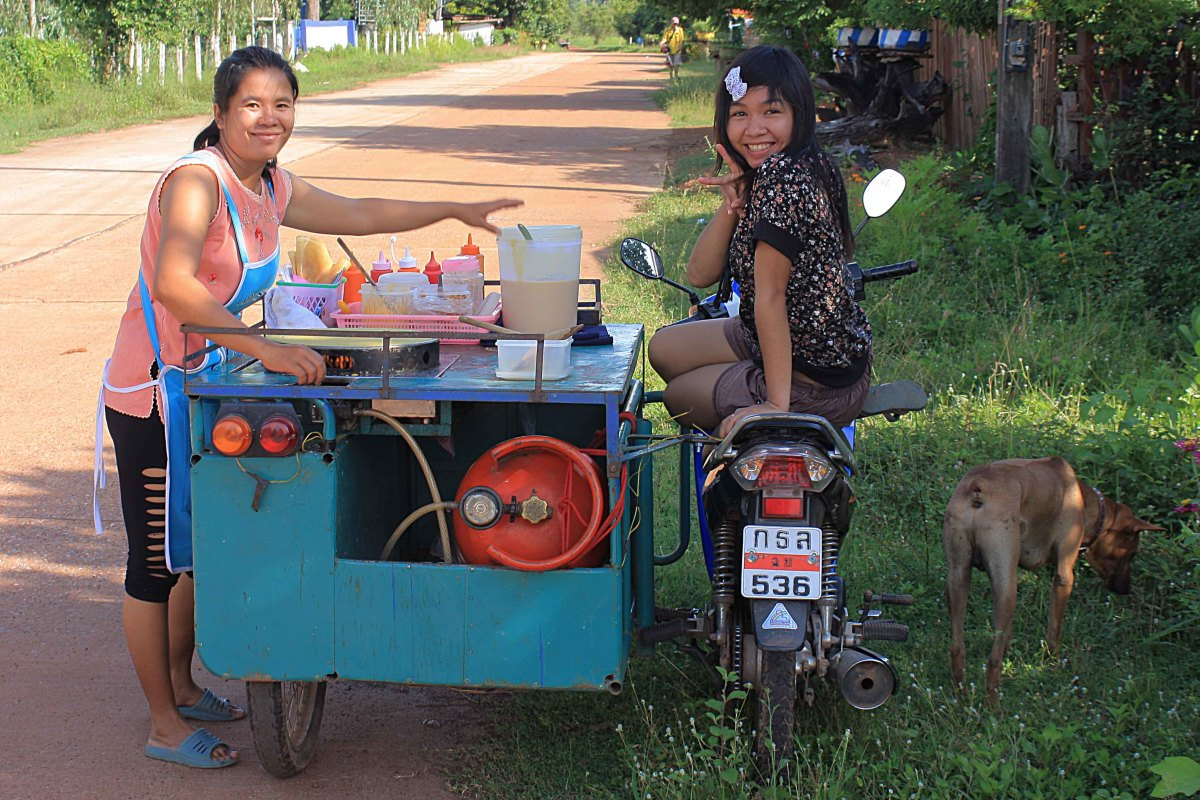 Door-to-door fast food selling - Thai style