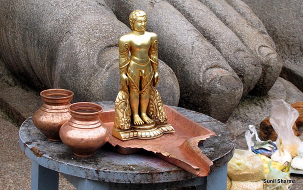 Pequeña estatua frente a la masiva en Shravana Belagola de Gommateshvara Bahubali