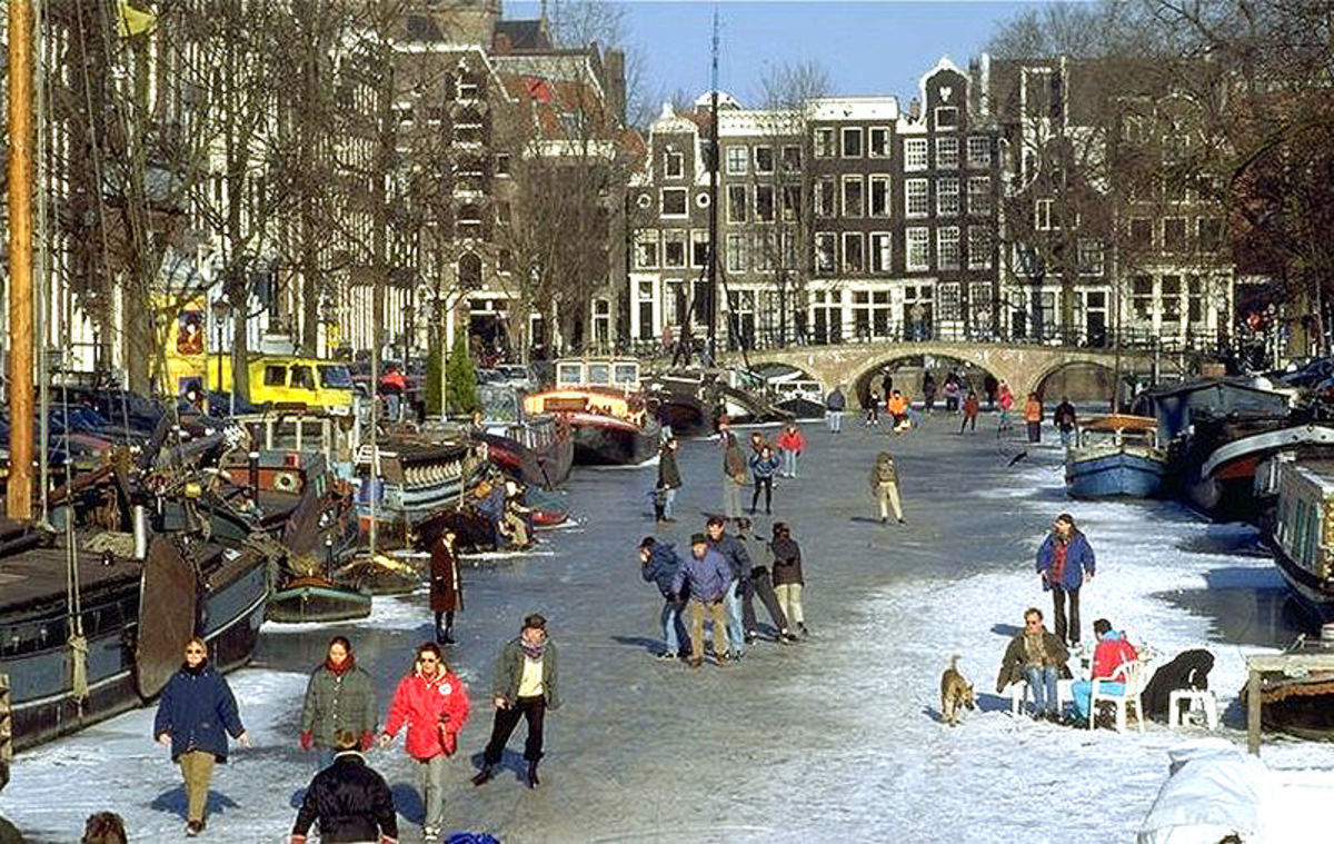 Skating over Keizersgracht canal