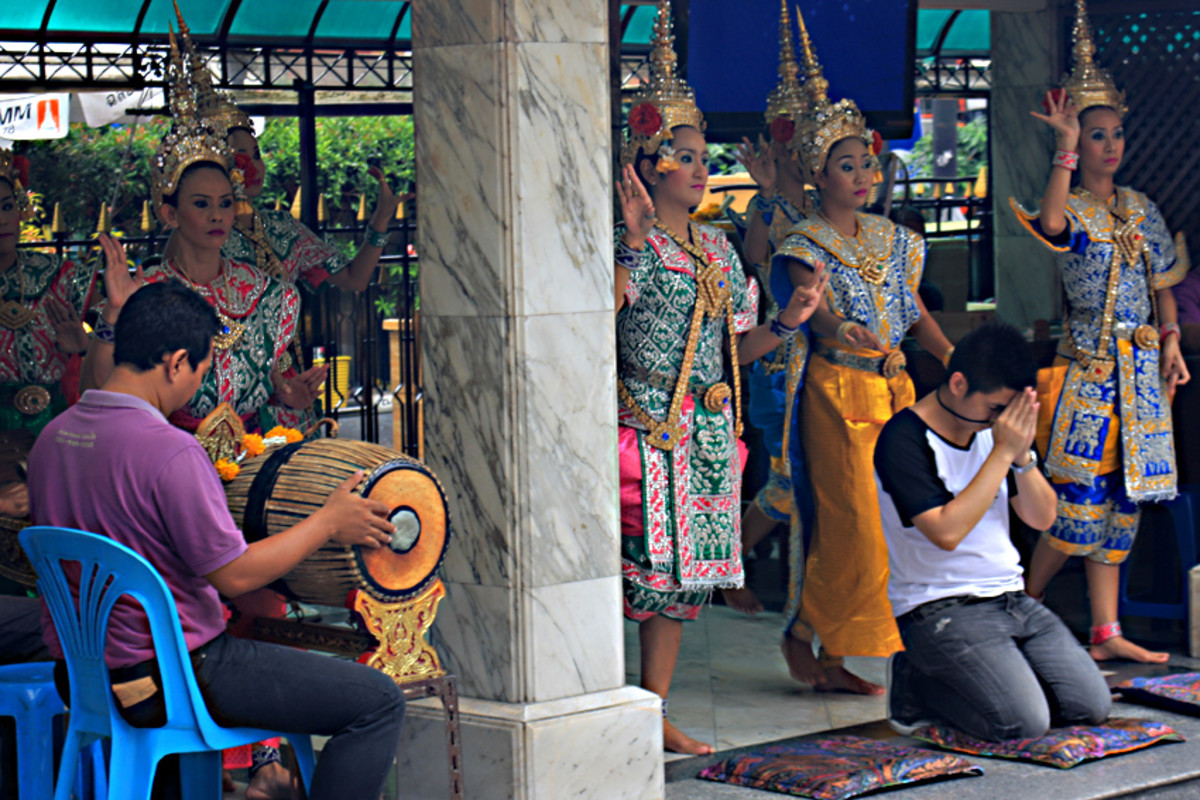 Those who wish to offer a prayer and a little more, can pay for musicians and dancers to accompany them. During the day, these are always in atttendance