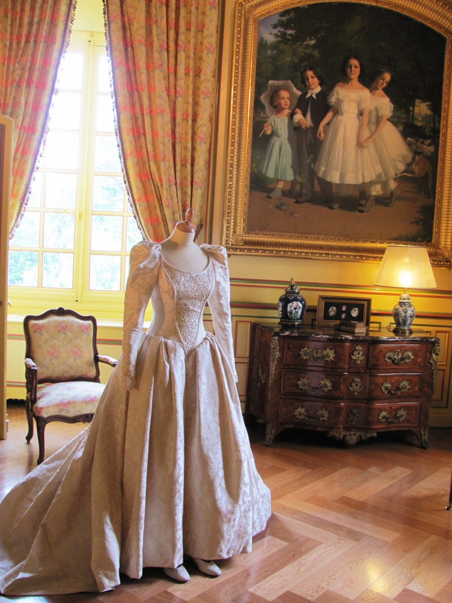The 1994 wedding dress of the current owner is on display in the Bridal Chamber.
