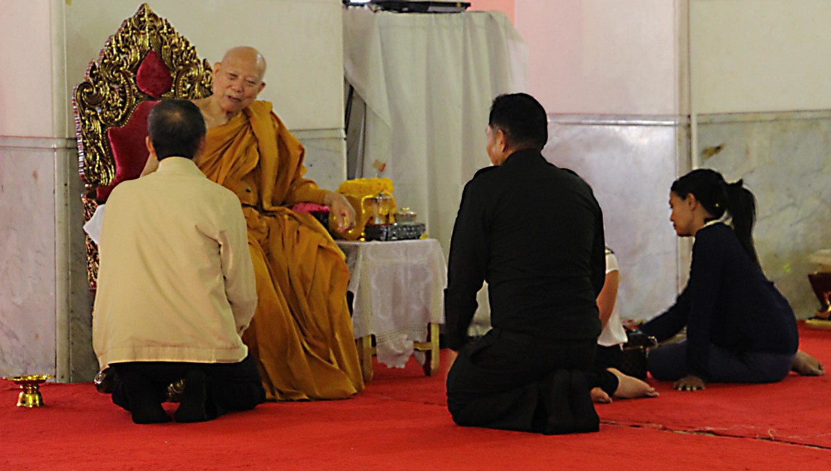 A consultation by the faithful with a monk in one of the city temples