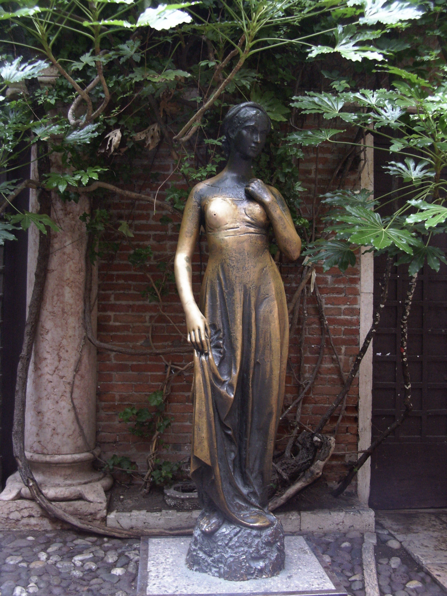 Statue of Juliet. Notice her polished right breast.