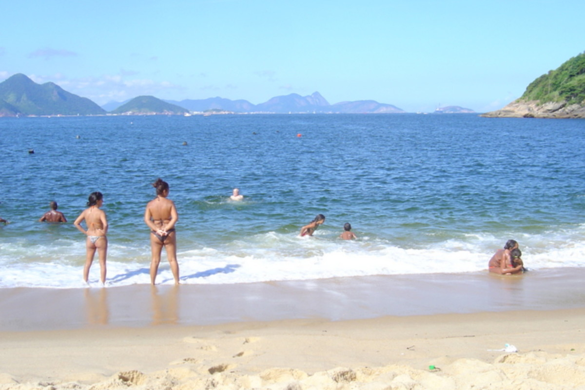 The lovely, small beach of Praia Vermelha, near Sugarloaf, is a protected and welcoming stretch of sand and sea for adults and children.