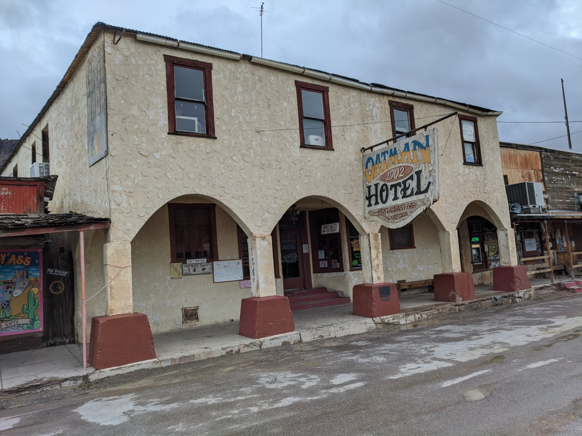 Oatman Hotel built in 1902 and is where Clark Gable and Carole Lombard spent their honeymoon following their 1939 wedding in nearby Kingston, Arizona.