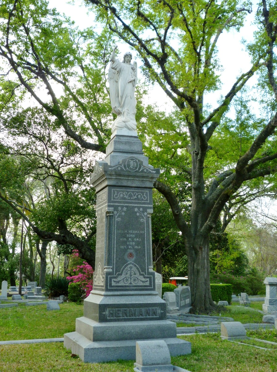 Hermann monument in Glenwood Cemetery