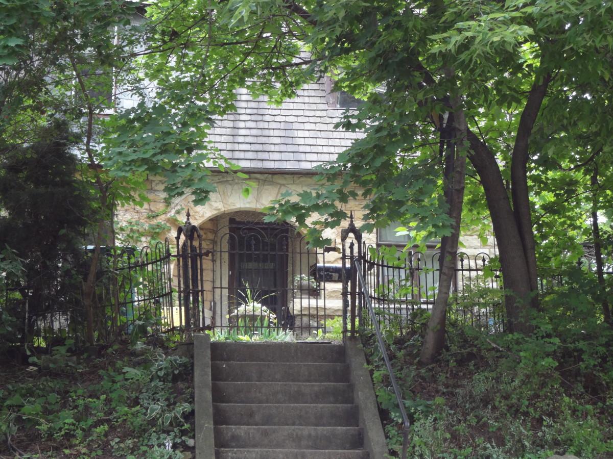 Frank Shaver Allen house-very unkempt front entrance.