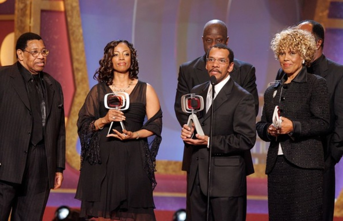 """From left to right Johnny Brown (Nathan Bookman), Bern Nadette Stanis (Thelma Evans), Ralph Carter (Michael Evans), JaNet DuBois (Wilona Woods), John Amos (James Evans), and Jimmie Walker (James """"JJ"""" Evans, Jr.)  accepting a TV Land Award"""