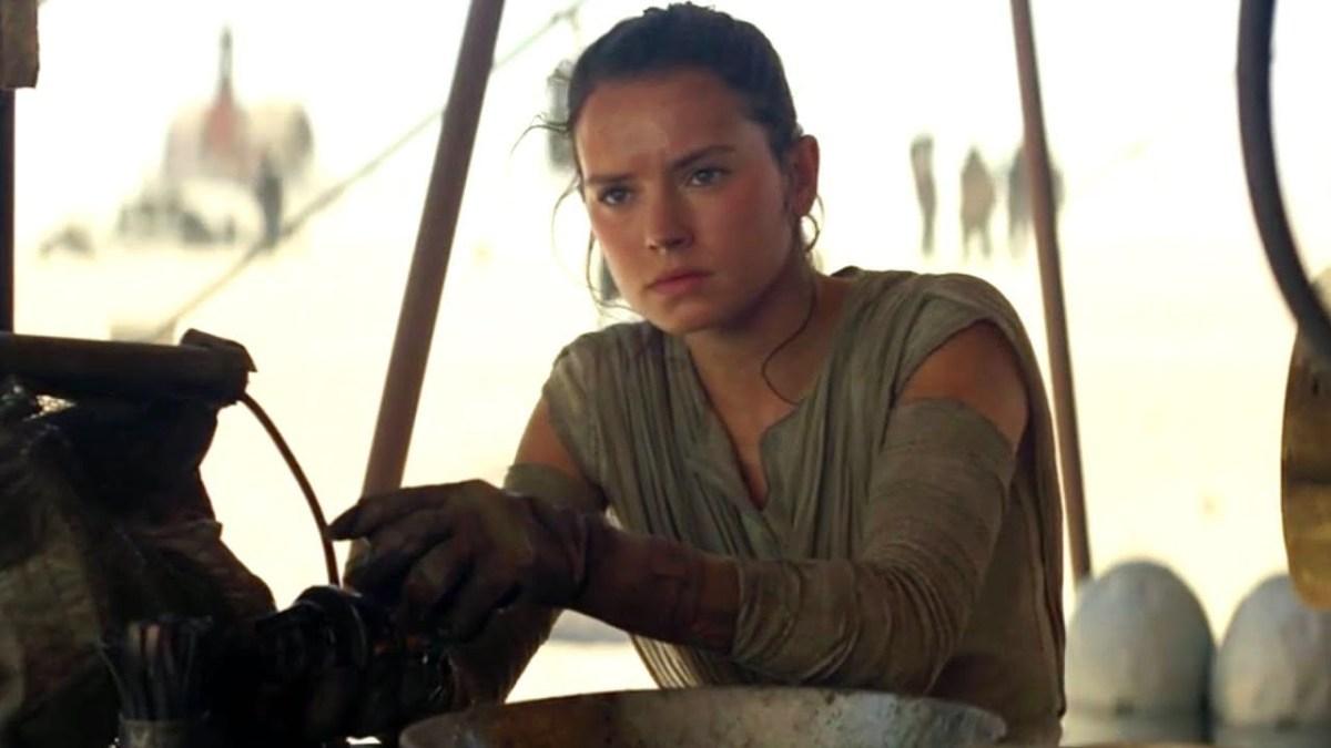 Rey tinkering on Jakku